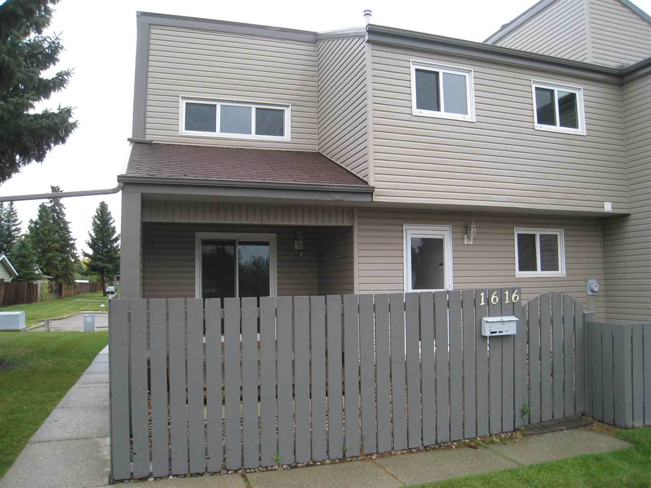 Terrific unit in well managed complex. Sides and fronts onto green space. Remodelled kitchen, laminate flooring, high efficiency furnace. Needs updating. Priced to sell! View Realtor's website for more details.