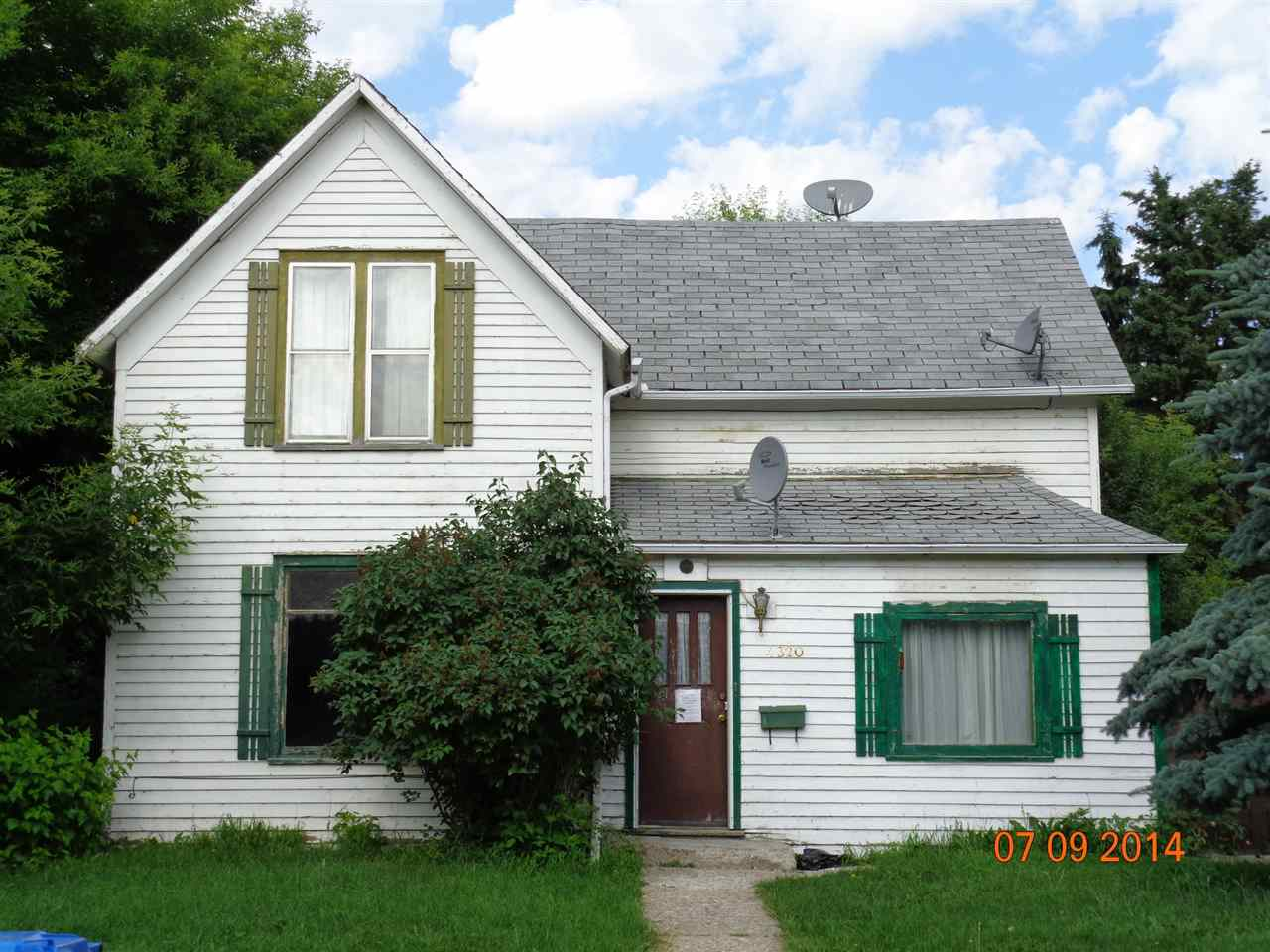 If your the guy that's been watching these FIXER UPPERS show on TV then this is the home for you. whether you are a seasoned carpenter or just starting out. Try your hand at this home great location and square footage. As they say an oldie but a Goldie so this is your POT OF GOLD ?????