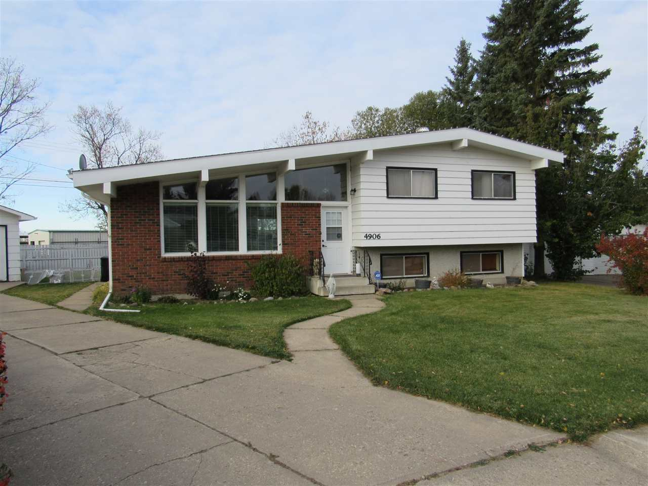 Great location in a quiet cul de sac close to downtown. Nice layout with the main level consisting of the newly renovated kitchen, dining area and a big and bright living room. The upper level has the main bath and 3 nice sized bedrooms and a half bath ensuite. The lower level has a huge family room, one big bedroom and a three piece bath. Plenty of storage in the basement. Outside the home is very attractive with brick, composite siding and stucco. The single garage has an opener and a work counter. The corner lot provides a huge back yard and no rear neighbors. A great family home at an attractive price.