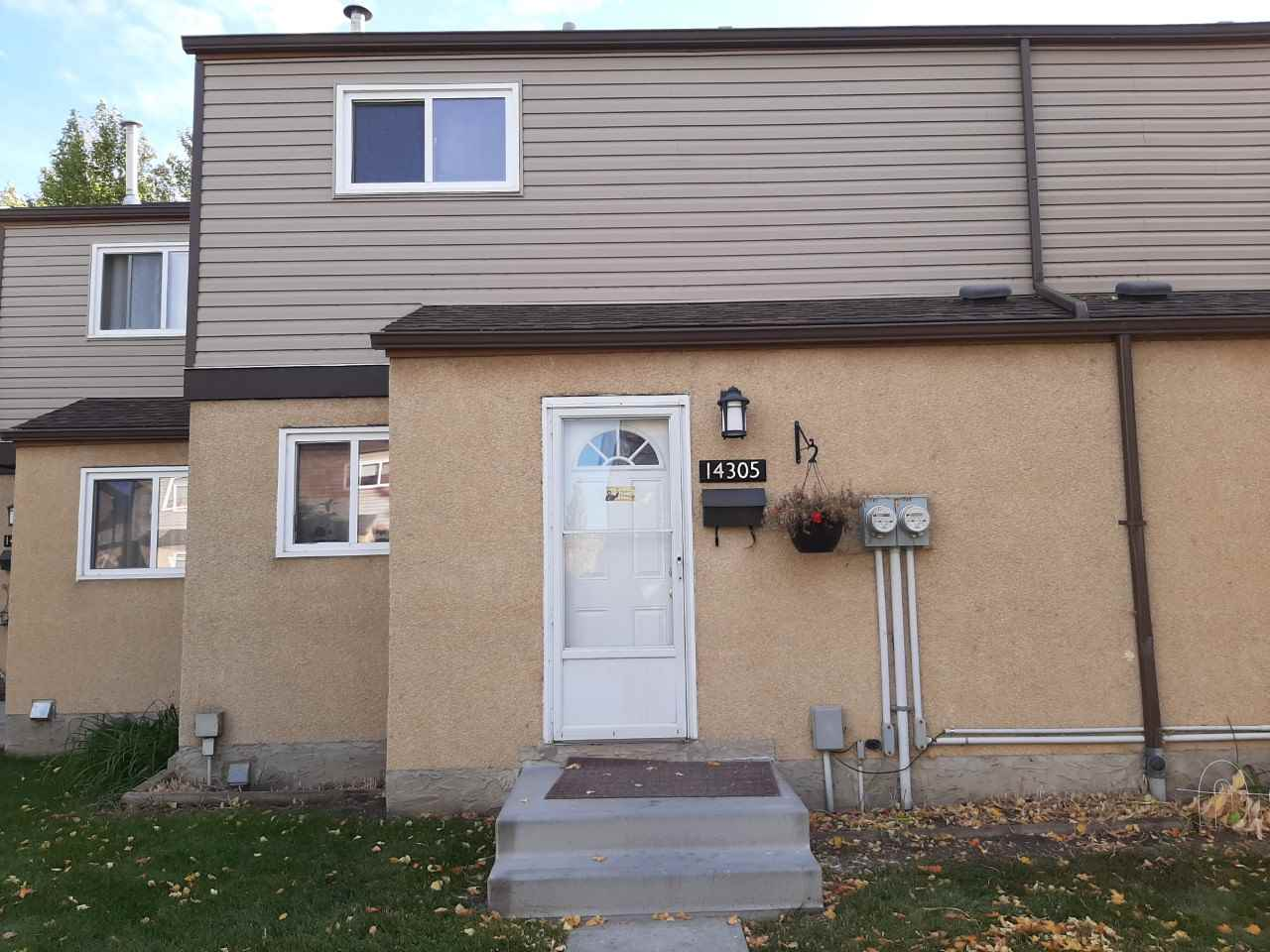 Attention, Attention all investors and first time buyers, it's time for this well-managed and maintained complex offering 3 bedroom 1.5 bath. Walking distance to school, shopping, transportation, recreation center, parks and trails. Only a hope skip and jump to Anthony Henday.