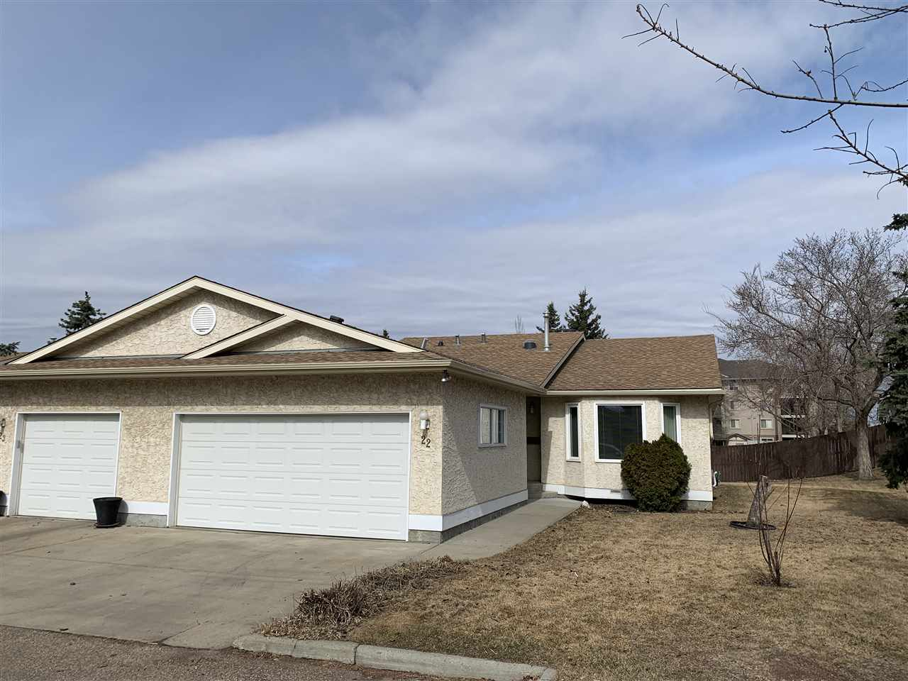 Wonderful 1,342 sqft sqft  End unit ~Half duplex bungalow nestled into the Adult  45+ CARRINGTON VILLAGE in Summmerlea's West Edm community. Fully developed 2+1 bdrm 3 bath with Dbl attached garage! Wonderful open floor plan w/ vaulted ceilings. All rooms are spacious starting w/ front living rm w/a bay window with tons of natural light. The dining area is ideal to host dinner parties w/friends~ hopefully soon! Great functional eat-in kitchen w/ ample counter space& cabinetry Flex rm next to kitchen can be  larger dinette area or sitting rm w/ access deck/yard. The main floor is complete w/laundry, a 4 piece bathrm & 2 great sized bedrms, including the primary suite which features a W/I closet & a 3 piece ensuite. The FULLY fin basement has an open/huge rec room, 3rd bedroom, 4 piece bathroom, storage/hobby rm. Close to shopping, transit, parks/walking trails & WEM. Private yard along open treed space, Visitor parking & Social amenity building makes this home a perfect fit for the empty nester or retiree!