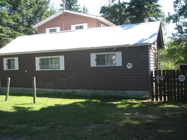 Large Family no problem here! This 3 season 6 bedroom cottage is just steps away from one of Alberta's best sandy beach and only 50 minutes from Edmonton. the cottage is ready to go and has its own well septic holding tank yet boasts a totally private location and manicured lawn. Lots of room for you extended family!