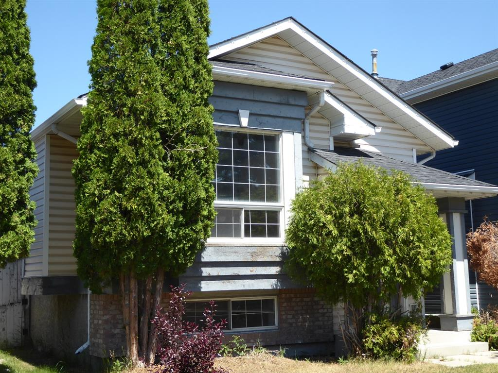 BI-LEVEL, NEEDS ALOT OF WORK!!  VAULTED CEILINGS IN LIVINGROOM, DINING ROOM AND KITCHEN.  2 BEDROOMS ON MAIN AND A FULLY DEVELOPED LOWER LEVEL WITH A KITCHENETTE, FAMILY ROOM, BEDROOM, 3PCE BATH. THE HOME HAS ALOT OF POTENTIAL. THE HOME HAS NEWER SHINGLES.  VACANT AND EASY TO VIEW.