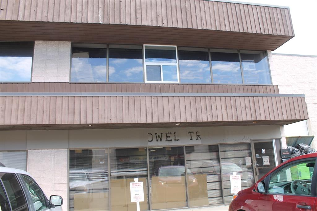 Great location for this 3025 plus 963 sq ft mezzanine warehouse. Perfect for your small business, and a great time to get a lease before the rates go back up. 14 ft loading door, 3 bathrooms, front office space and over 2000 sq ft warehouse in the back. Quick access to barlow, 16th avenue and 32 avenue. Call realtor today for a viewing.