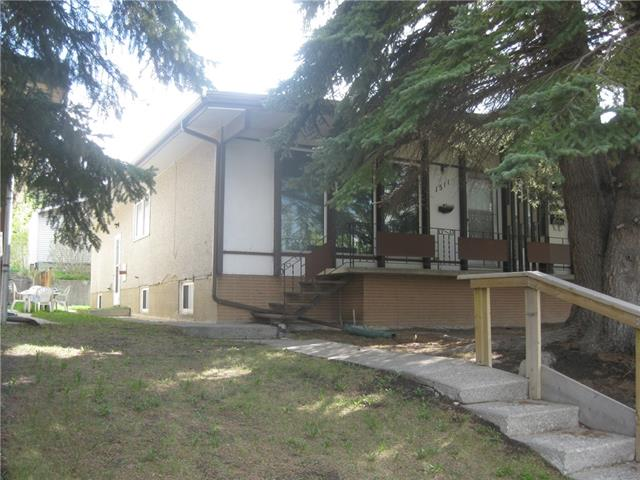 CLEAN, WELL MAINTAINED 4 BEDROOM (2+2), 2 BATHROOM BI-LEVEL 1/2 DUPLEX WITH FULLY DEVELOPED BASEMENT AND OVER-SIZED DOUBLE REAR GARAGE. FEATURES OF THIS HOME INCLUDE HARDWOOD FLOORS ON THE MAIN, L SHAPED LIVING ROOM/DINING ROOM. UPDATED BATHROOM ON THE MAIN, ROOF REPLACED IN THE LAST 10 YEARS, NEWER FURNACE AND HOT WATER TANK. THE BASEMENT HAS A LARGE FAMILY ROOM, 2 BEDROOMS,  A 3 PIECE BATH AND UTILITY ROOM. THE SOUTH FACING REAR YARD IS FENCED AND LANDSCAPED AS WELL. CLOSE TO THE U OF C, SAIT, CONFEDERATION PARK AND ACROSS THE STREET FROM  CONFEDERATION GOLF COURSE. THIS HOME HAS BEEN WELL MAINTAINED BUT IS IN ORIGINAL CONDITION. GOOD REVENUE POTENTIAL AS THIS COULD BE EASILY SUITED AS WELL. EASY TO SHOW. FLEXIBLE POSSESSION.