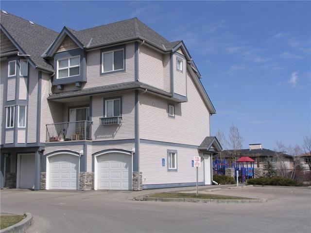 Amazing price for this three bedroom end unit backing onto green space/ playground. Master en-suite, plus a 4 pce and main floor 2 pce. Undeveloped space on entry level could be office/den. The 19 x 20 double attached garage makes this a great opportunity