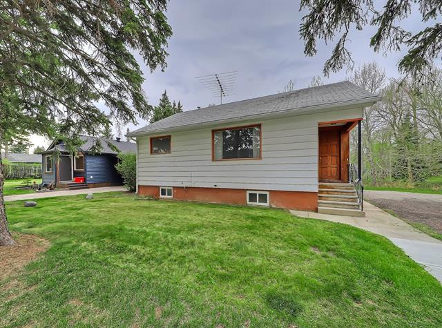 This could be the opportunity you have been waiting for to be a homeowner.  Cute little starter home close to Downtown High River. Huge over sized property backs onto George Lane Park, across from school and hospital.