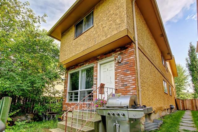 Cozy starter townhouse in the community of Bowness. This home features laminate flooring, ceramic tiles and kitchen cabinets and bathroom vanity. 2 large size bedrooms in the upper level with 4 pc washroom.