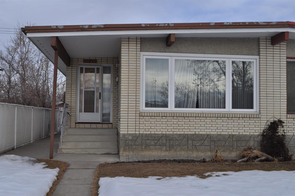 Location - location - did I mention location. This one family home is located just off the crossroads of 14th Street NW and 16 Avenue NW, minutes to two LRT Stations, North Hill Mall, S.A.I.T., and a short walk, drive or bike ride to U of C. Features  include vaulted ceilings, hardwood floors, partially finished basement, garage and carport. As well most windows, furnace, hot water tank, and roofing have been upgraded.