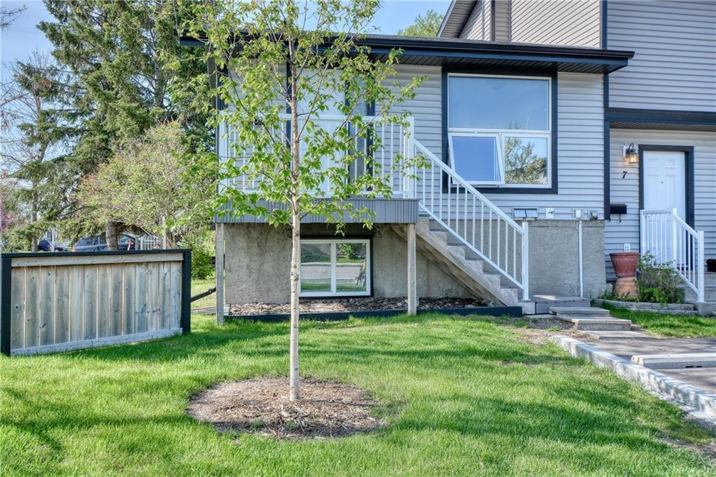 Here is an opportunity to own this bi-level style townhouse in the Big Springs neighbourhood of Airdrie at a great price. This 2 bedroom home has over 1,000 sq ft of developed space on two brightly lit floors. Laminate flooring throughout the main floor and tiles in the bathroom & foyer.  The fenced backyard faces south and parking stall in front plus a visitor parking area.