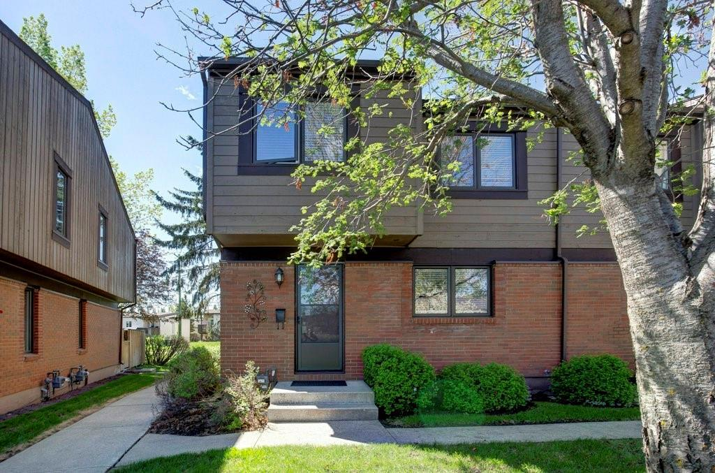 Beautiful, extensively and carefully updated 5 level END UNIT townhome backing on to green space in desirable Oakridge!! This beautifully updated home features 3 bedrooms, 2 bathrooms and 1223 sq ft of living space. Main levels feature the fully renovated kitchen with extra counter space, subway tile backsplash and custom built in pantry shelves and breakfast bar that opens to the main living/dining. Updated flooring and carpets throughout, except the immaculate original hardwood on the living room level. Upstairs, all three bedrooms have updated carpet and full doors on all closets, including the large master bedroom's double closet.  Fully updated 4 pc main bath includes floating sink and built in linen closet as well as tile surround completes the upper level.  Partially finished basement framed for updated plumbing/venting with ample split-level storage. Newer HWT and upgraded attic insulation too!  See Additional Remarks! During the summer, entertain in style in your private backyard oasis, with low maintenance landscaping and convenient access to paved pathway.  Also includes parking stall directly in front of the unit. Located in quiet and well managed Oakridge Gardens, close to shopping, schools, transit, and easy commuting options - it's perfect for 1st time home buyers, savvy investors and empty nesters.