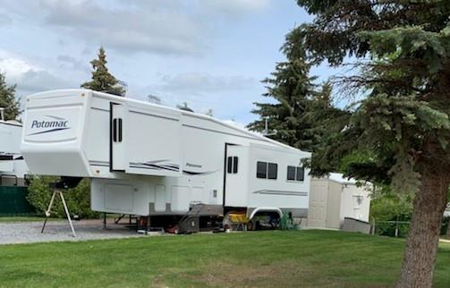 Beautiful 5th wheel on large lot in Carefree Resort on Glennifer Lake.