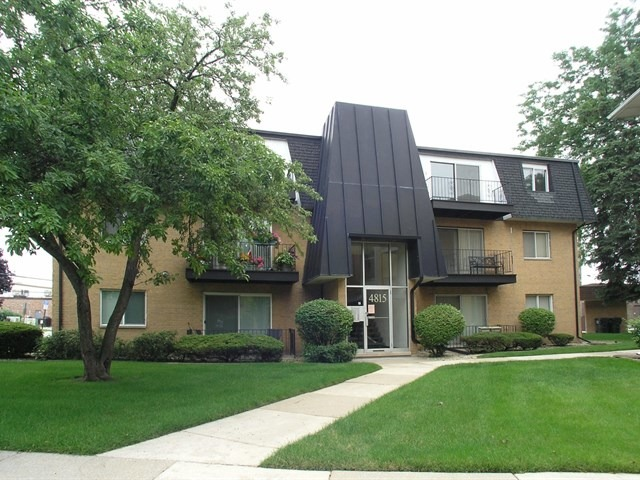 WONDERFUL OPPORTUNITY TO BE A FIRST TIME HOME OWNER OR DOWNSIZE! THIS GREAT CONDO HAS HAD MANY UPDATES IN THE LAST FEW YEARS INCLUDING NEW PLUMBING (2011), NEW FURNACE (2011) AND UPDATED FLOORING, KITCHEN AND BATH. GREAT LOCATION WITH SCHOOLS, A PARK, SHOPPING ALL NEAR BY.