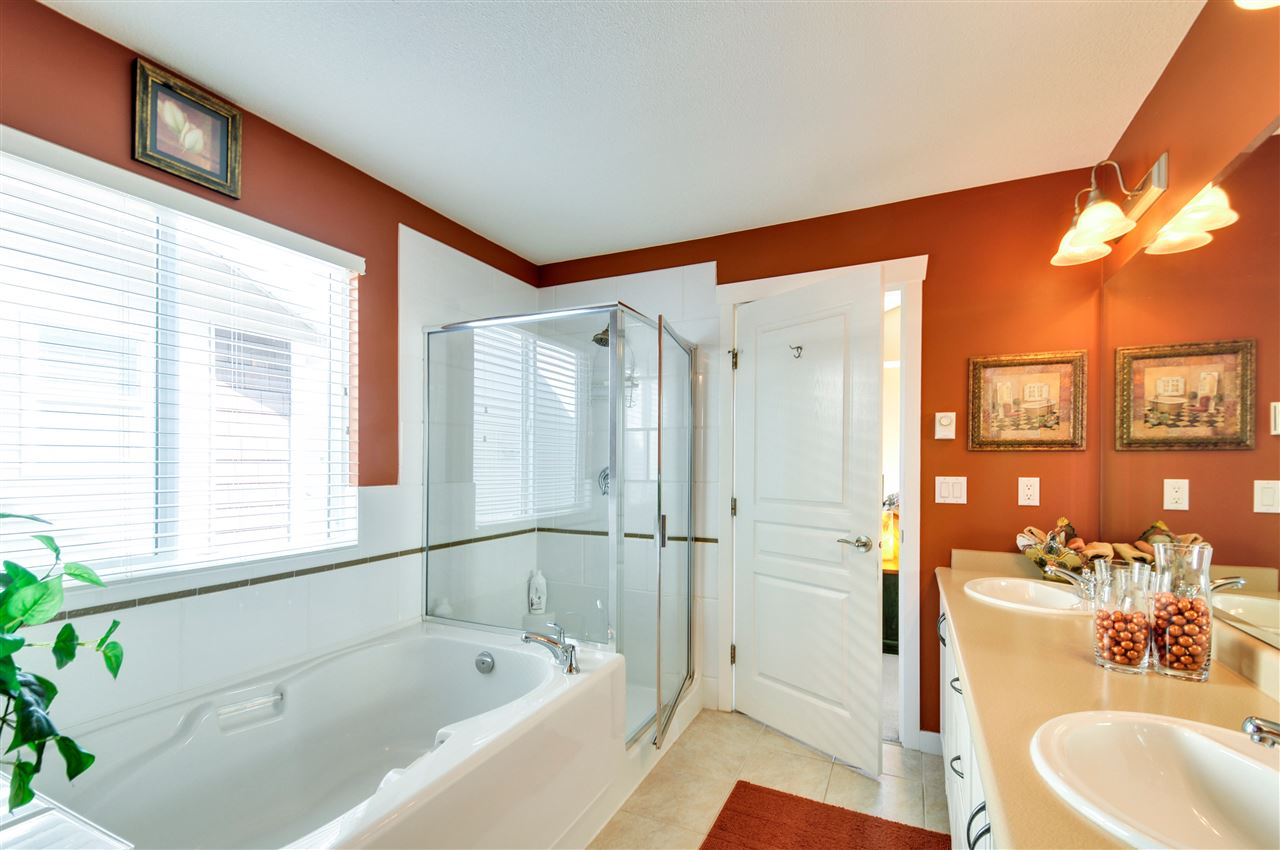 Master 5 pce ensuite with double sinks, soaker tub and separate shower