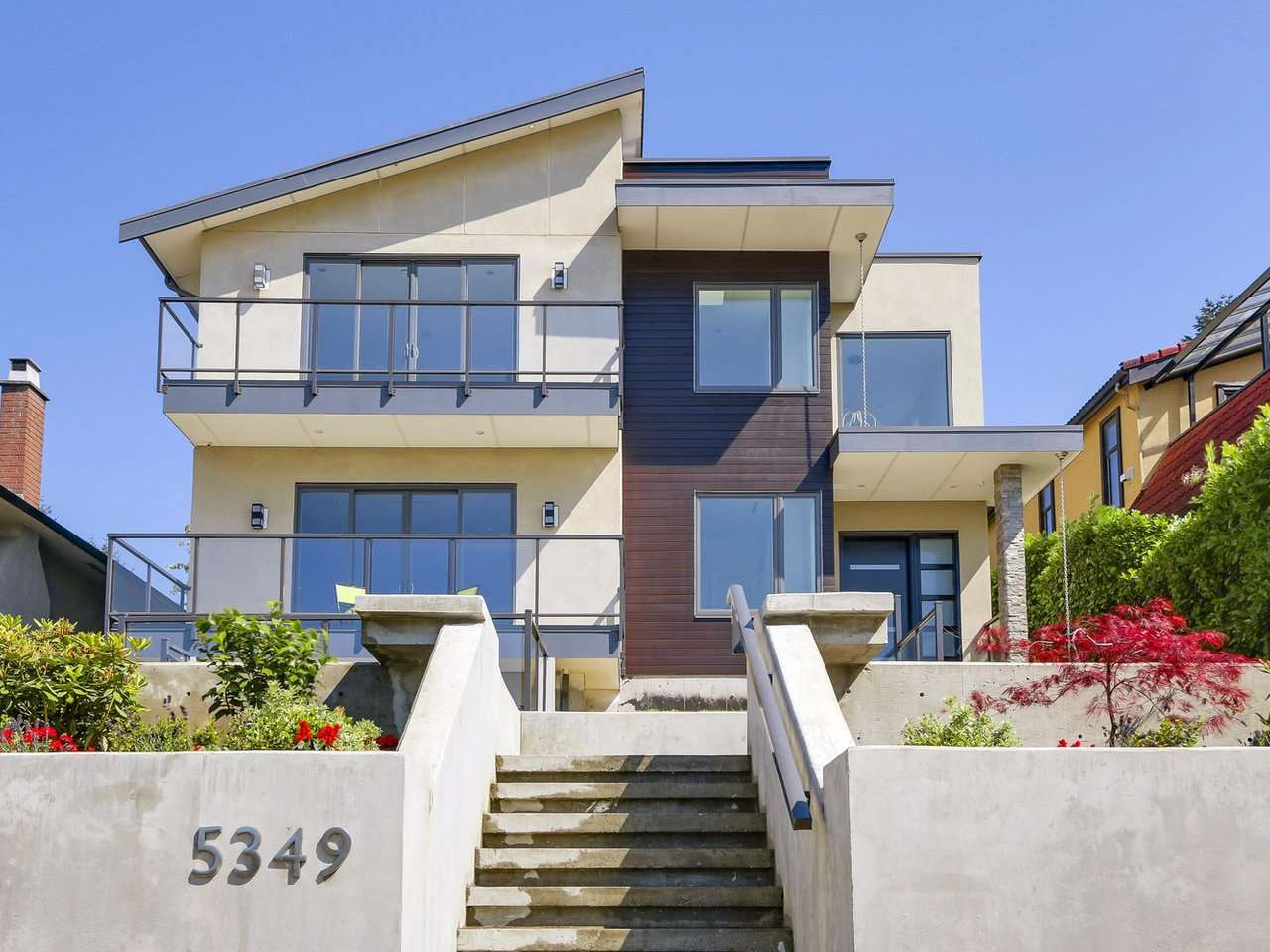 Contemporary & luxurious new home offers 6 bedrooms + 5-1/2 bathrooms. Open-concept design, S/S KitchenAid appliances, gleaming Quartz counter tops, Merit-kitchens cabinets, Kohler and Grohe plumbing fixtures. 10ft ceiling on main, 9 ft on both upstairs and basement. Fabulous city and moutain views. Roomy balconys offer extra space on main and upper floor. Basement comes with 1- bedroom legal suite which can be mortgage helper. Mins to schools, restaurants, and Metrotown. A must see!