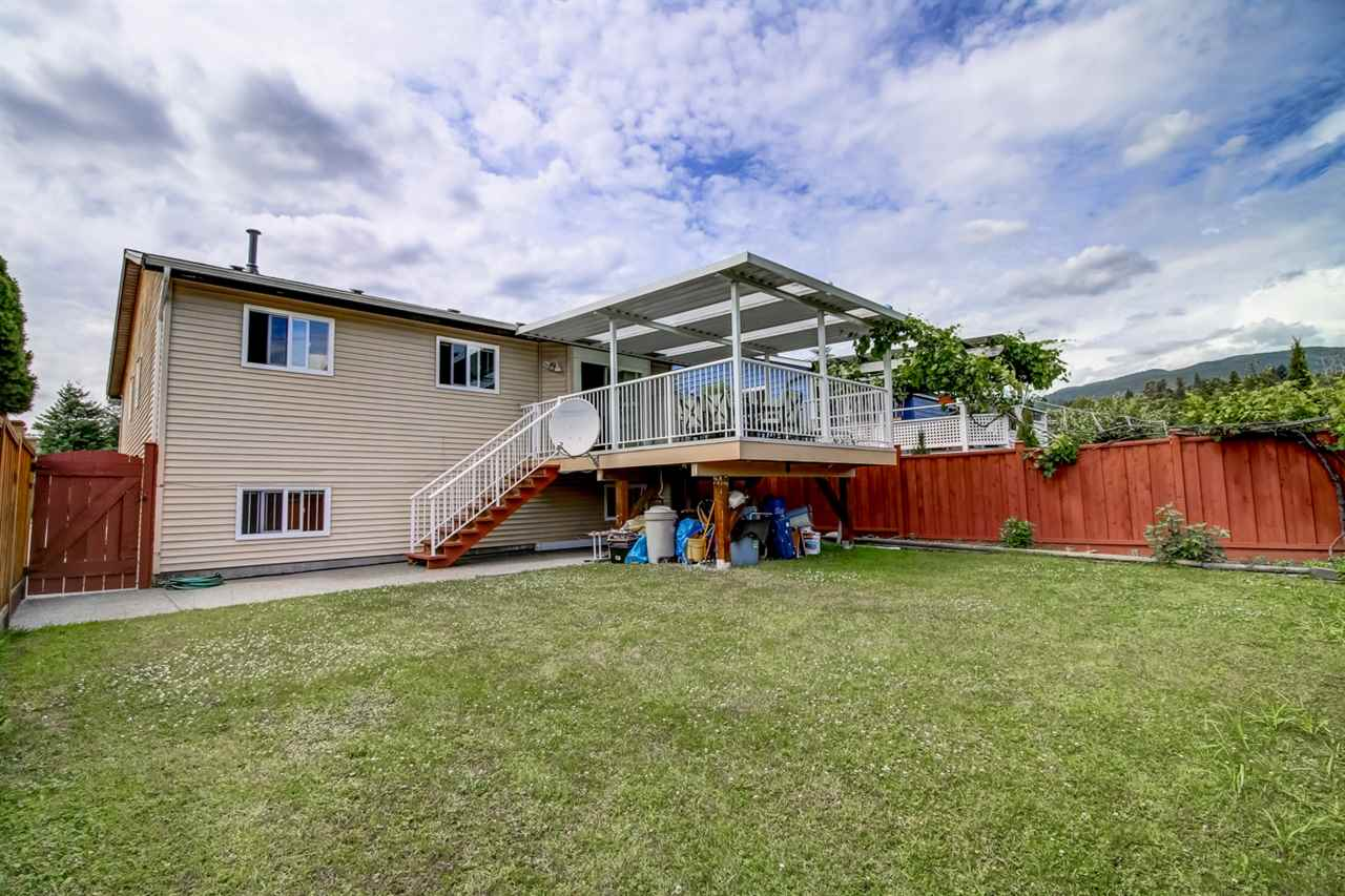 Newly updated family home in Eagle Ridge. Excellent neighbourhood for raising yo ung family. New painting and floor. Walking distance to all levels of schools & Harrier Park. Upstairs f eatures 3 bedrooms, newer kitchen w/granite countertop & laminated floor in li ng & dining room. New Patio and patio door from kitchen access to 10'x10' deck for summer BBQ . Basement features big living room & 2 bedrooms.OPEN AUG 10TH 6:30PM TO 7:30 PM