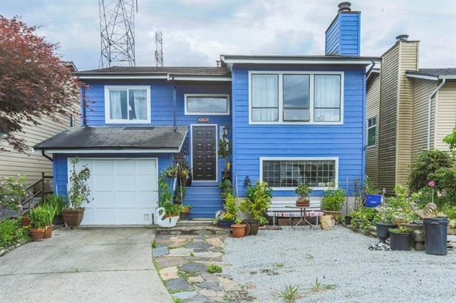Prime location backing onto Harrier Park. Fully renovated upstairs with laminate floors and new kitchen with Stainless Steel appliances. Beautiful Large entertaining size deck off Kitchen, 3 large bedrooms, master ensuite/laundry. Downstairs has 2 extra bedrooms with large fully self contained living area. Yard is fully fenced with many beautiful flowering bushes and fruit trees.
