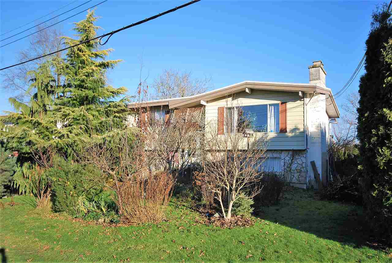 Fairfield Island 1964 sq. ft. large 8712 sq. ft. corner lot. Two story. Two kitchens, two sets of appliances. 75 ft. of frontage. Plenty of parking plus RV. Large back yard with greenhouse. Great neighbourhood.