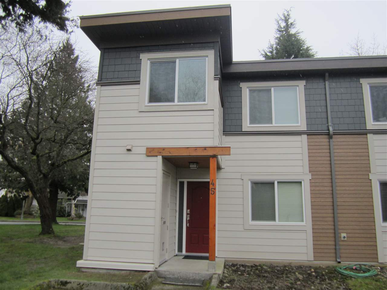 "Fabulous opportunity for a End unit Townhouse in a great Steveston Location close to dyke walks and the ""Village""! This complex is special in that it has a brand new, completely redone rainscreened exterior. Attractive use of Hardi Plank siding, new windows and doors gives this complex the look and feel of a brand new complex! Interior of this unit has been freshly painted and thoroughly cleaned up to give it a nice, bright look. Move right in. Probably the best location in the complex, a nice end unit with a good sized and private southern exposed backyard not backing onto any neighbours. 2 parking spots in front of unit plus lots of street parking. Great place for a young family!"
