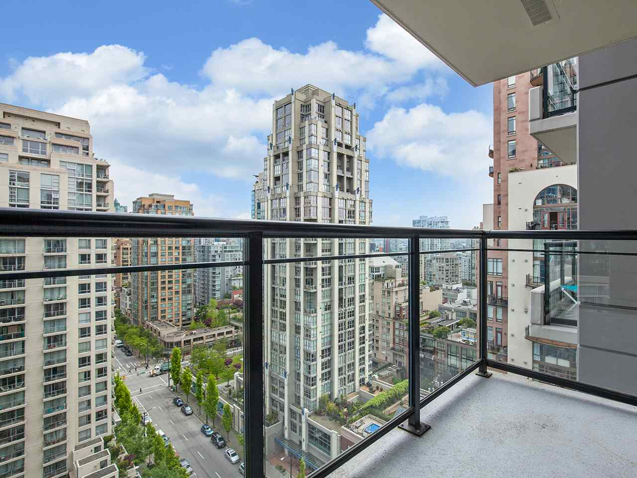 Welcome to The Oscar built by Concert. Located in the heart of Yaletown this bright and well laid out 1 bedroom has an open kitchen with breakfast bar and insuite storage; perfect for a pantry. Sit on your spacious north-east facing balcony and take in gorgous city and peek-a-boo water views or stroll down to the seawall or David Lam Park, restaurants, shopping and everything else Yaletown has to offer. Take advantage of fantastic amenities incl. gym, party room, common patio with dog run & movie theatre in this well sought after building. Bonus: Parking, rentals & pets allowed. ***OPEN HOUSE, THURSDAY MAY 25, 5:30-7PM, SAT & SUN MAY 27 &28, 2-4PM