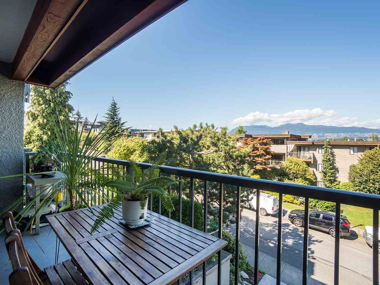 Welcome to Arbutus Place - perfectly located North of 4th ave! This fabulous 1 bedroom unit offers a very efficient open floorplan with fantastic views of the city and mountains from its large balcony. This is truly Kits living at its finest and your chance to own in this sought after, worry-free building! Building upgrades include new balconies/railings, newer roof, lobby, elevator cab, parking garage waterproof membrane, partial rainscreen, exterior paint and more. Building also offers common rooftop patios with panoramic views of English bay, mountains and city. Secure bike room, pets/rentals allowed w/restrictions. BONUS: 1 parking and storage included! *SNEAK PEEK; THUR SEPT. 7: 5-7PM / OPEN HOUSES; SAT&SUN SEPT. 9&10