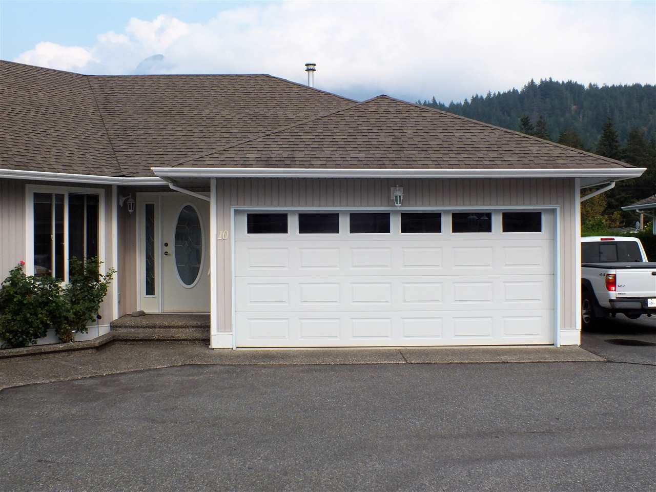 WELL APPOINTED RANCHER STYLE TOWNHOME NEAR GOLF COURSE AND TOWN CENTER. FEATURING 2 BEDROOMS AND 2 FULL BATHS THIS TOWNHOME ALSO BOASTS A DOUBLE GARAGE, LARGE MASTER BEDROOM, SPACIOUS KITCHEN AND EATING AREA, GAS FIREPLACE, BUILT IN VAC AND 5 APPLIANCES. SMALL 13 MEMBER STRATA AND LOW MONTHLY FEES OF $152.19. GREAT RETIREMENT DEVELOPMENT IN SCENIC HOPE BC.