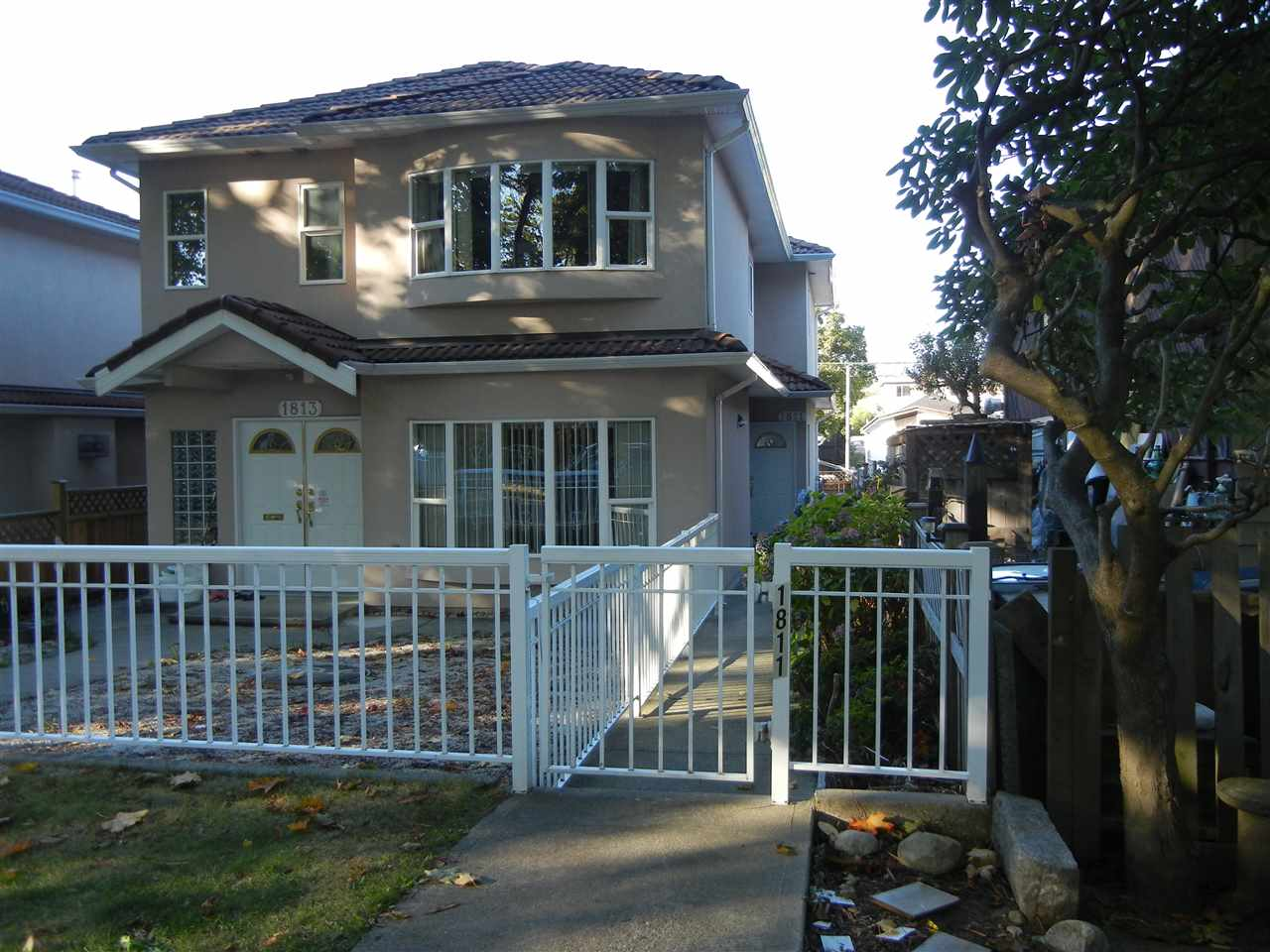 Well kept 1/2 duplex house (back unit). 3 bedrooms & 2 1/2 bathrooms, tile roof. Radiant heating. Gas fireplace in very good location. Close to Broadway skytrain station, bus-stops, shops and restaurants. Close to Trout Lake and Community Centre. Must see!! open house Saturday ( 20 JAN ) 2:00PM-4:00PM.