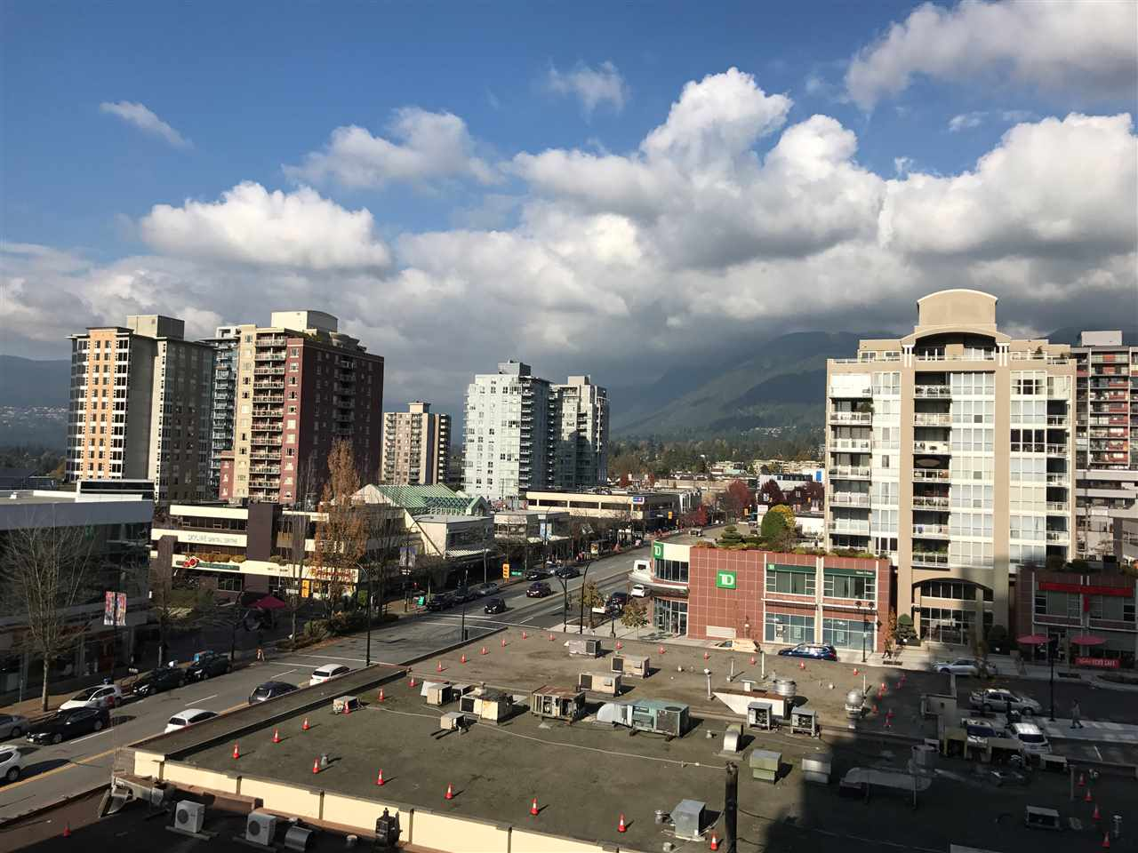 Junior 1 Bedroom Suite in Central Lonsdale. First Class Residence, large bedroom, stone countertops, hardwood floors, Miele appliances, air conditioning, mountain views, 1 parking and 1 storage locker, building offer massive gym, squash court, media room, lounge, pool and hot tub.
