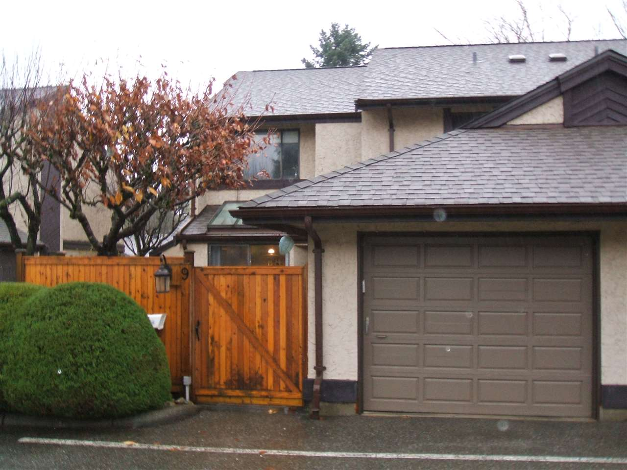 Here's a great buy! Nice end unit townhouse in a very desirable Family complex. Stylish, well maintained 3 bedroom, 3 bathroom home located in East Abbotsford. Very close to all levels of good schools, shopping and Abbotsford Rec center. Single garage plus one outdoor parking stall. fenced courtyard. A great place to live. Ready to go! Sellers would prefer end of Feb dates but flexible. ACCEPTED OFFER UNTIL DEC 12/2017