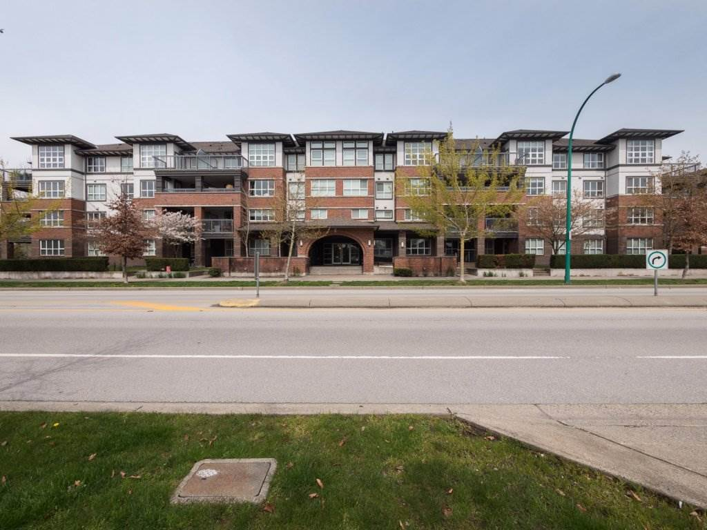 Look no further, Gorgeous 2 bedroom 2 bathroom condo in desirable Compass. Home features a beautiful kitchen with stainless steel appliances and granite counter tops. Secure underground parking with 2 spots and in suite storage room. Only a moments walk to shopping , pub and grocery stores. Large 150 sqft deck on the quiet side of the building perfect for bbq's and entertaining. Don't miss out on this fabulous opportunity. Call now!
