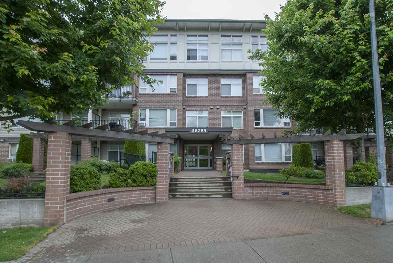 Investors! Top floor rental condo in Newmark. This complex has incredible future potential. lots of parking, great location. Rentals allowed. Tenant wants to stay. 1 bed + den.