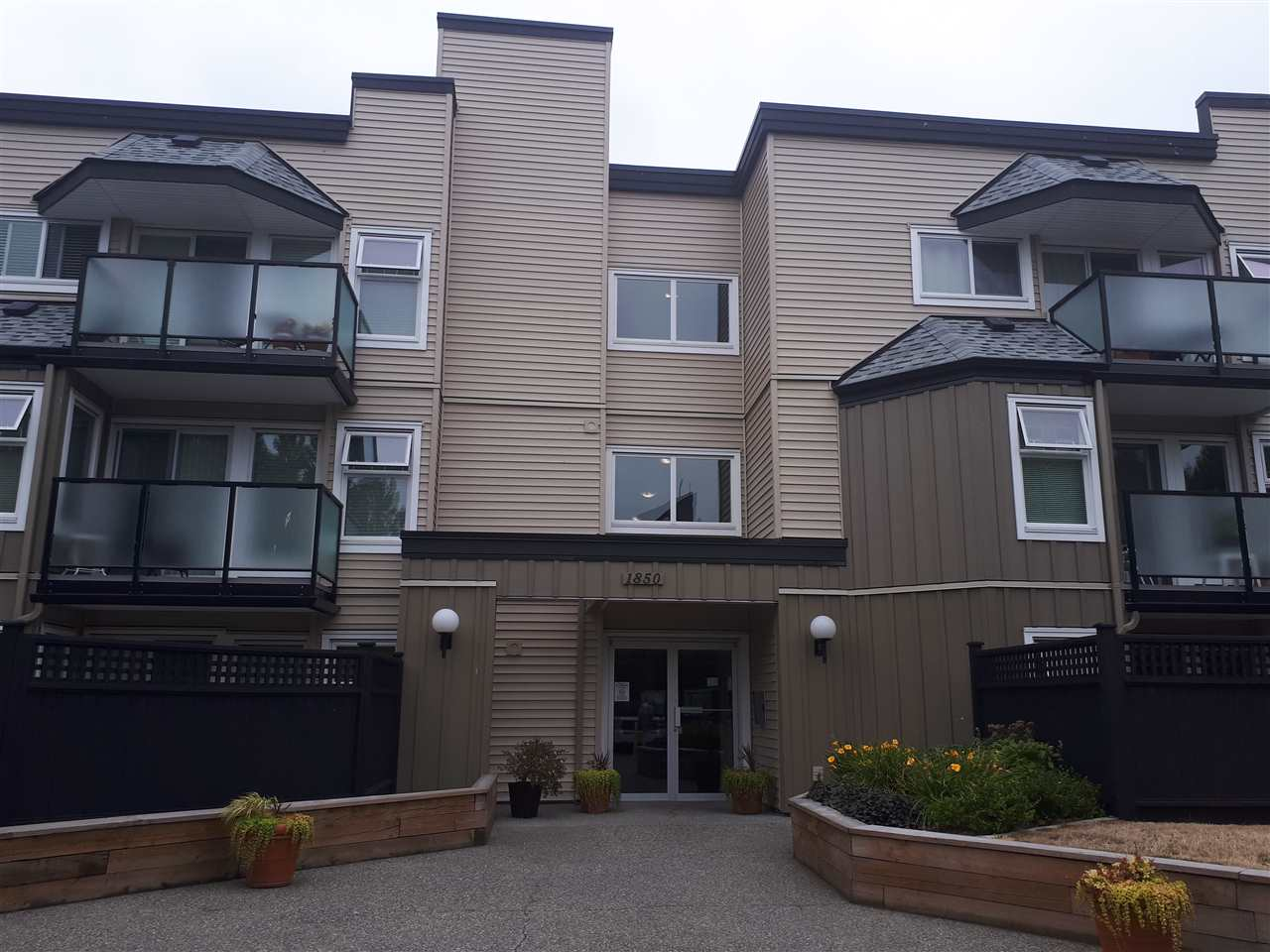 Welcome home to Southmere Place! Spacious & bright 1 BDRM unit, with lots of natural light. Centrally located in South Surrey/White Rock. Well maintained building with new roof in 2009, new boiler in 2007, new elevator in 2018, fully RAINSCREENED in 2015 and hallways were repainted & re-carpeted Excellent investment opportunity. No rental or age restrictions in this building, with a healthy contingency fund. Cross the street to catch a bus to Bridgeport station and take the Canada line right Downtown.  Located just steps from White Rock Town Centre, Semiahmoo Library, Semiahmoo Mall, and multiple shops of all variety.  In close proximity to White Rock Beach, Crescent Beach, several golf courses and Peace Arch Border Crossing.