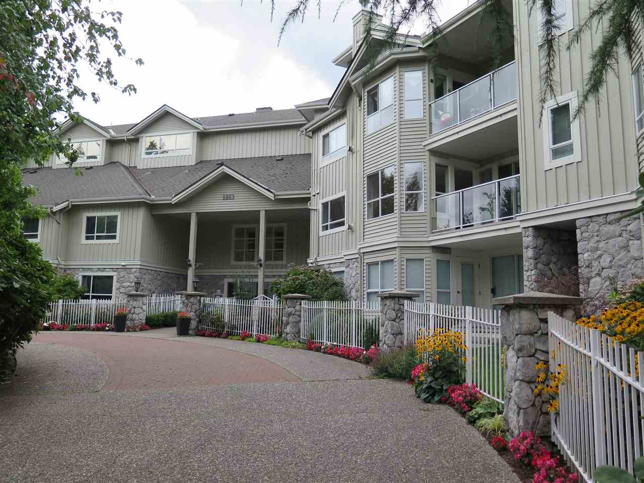 Parkgate Place, good layout with 2 bedrooms on opposite side to maintain privacy & 2 full bath. Close to Seymour and Northlands Golf course. New paint, stainless steel appliances, hardwood flooring, gas fireplace, 2 parking stalls side by side. Quiet building located in a cul-de-sac with no through traffic. Easy to show with short notice.