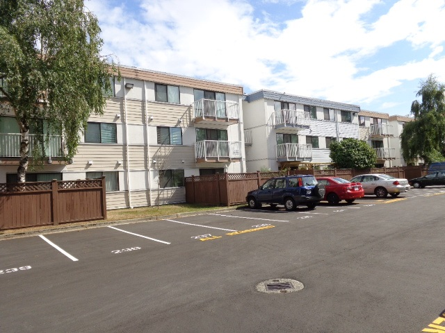 Bright and spacious one bedroom unit at Sussex Square. Building has been recently renovated with new windows,balcony, roofing and guard rails. Maintenance fee includes heat, hot water,management fee and property tax. The parking space is #224. Rental allowed.