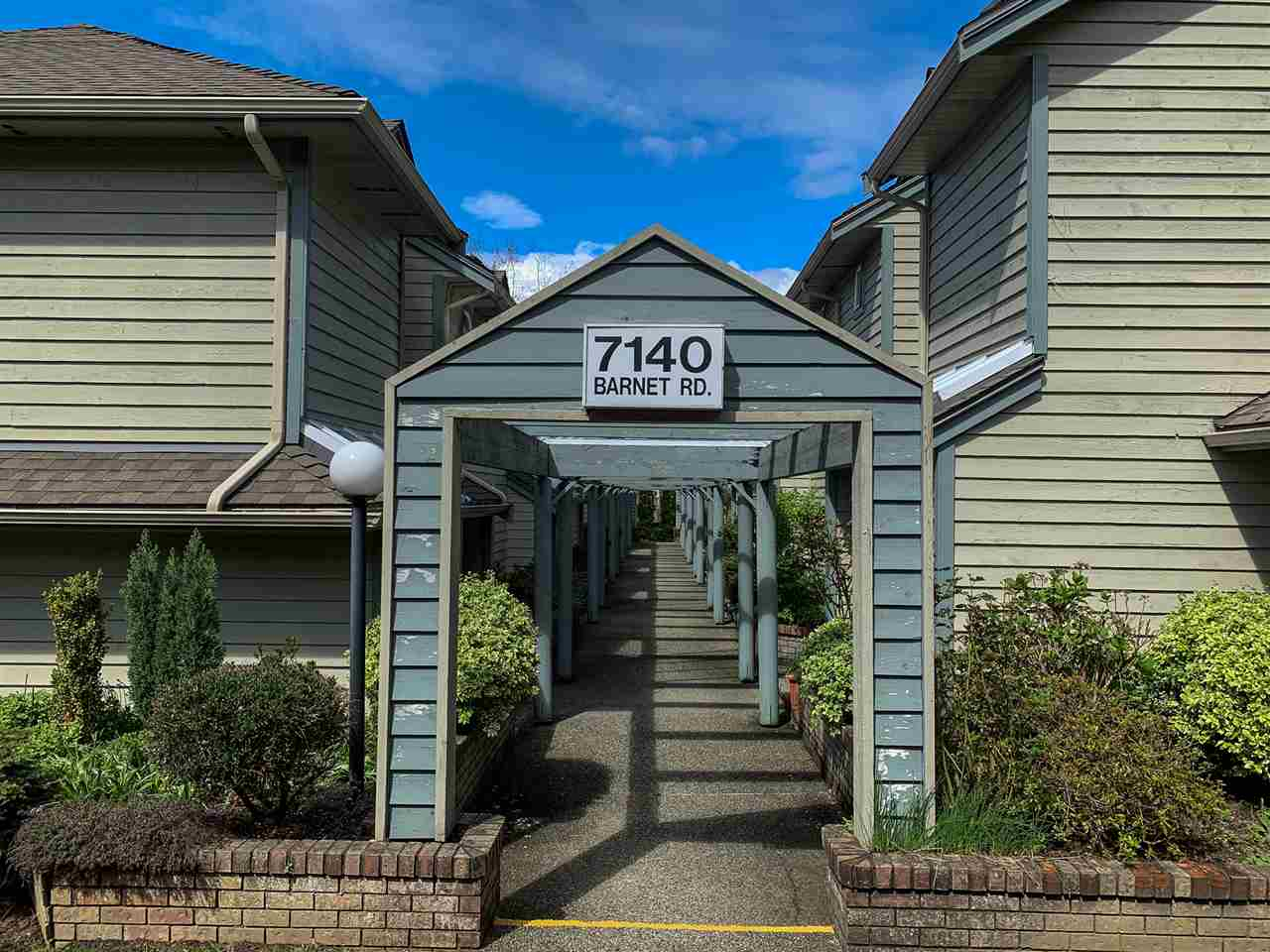 Well maintained 2 bedroom 2 bath townhome in Harbour Ridge Terrace. This END UNIT setting with trees and fenced yard. Functionaly layout with bright kitchen, skylight in dining area. Many updates through out years. Private yard extended the living space, perfect for BBQ and outdoor activities. Conveniently located at North Burnaby, close to SFU, shopping centre and so much more. Perfect for growing family or young couple. Well managed complex. Don't miss one! Open House April 28 Sunday 2-4