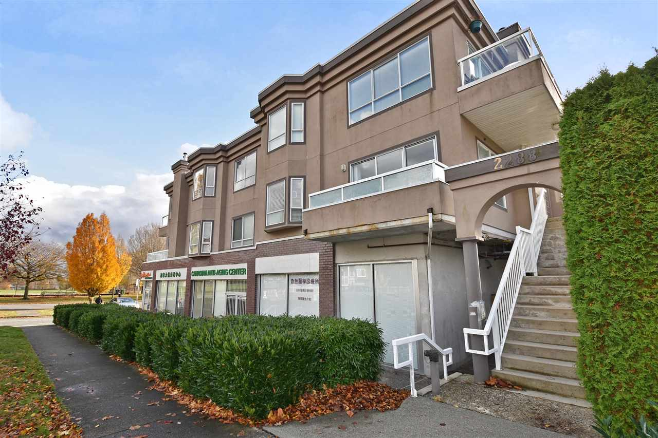 Rarely available 945 sqfl 2nd floor corner unit in Fraserview ! Biggest unit in the strata. has a bright & open layout w/2 large bdrms &  2 baths with Balcony. Recent updates included engineered laminate flooring. freshly pointed, appliances including stove, fridge and  D/W. Windows and Roof were replaced in (2009). A large laundry/storage room. Desirable location (quiet & central  area): Walk to excellent schools David Oppenheimer &  David Thompson & across from Bobolink Park! Don't miss out on this low strata fee $217/mo which includes gas. Tenant paid $1700/month.