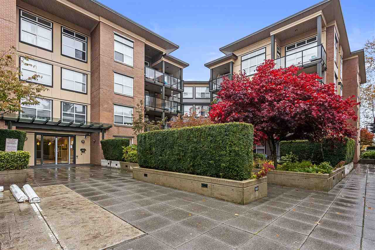 Beautiful one bedroom with large wrap-around patio. This is a great condo with newer flooring and kitchen cabinets. Open plan living with lots of outdoor space . Storage locker right across from the suite. Central location.