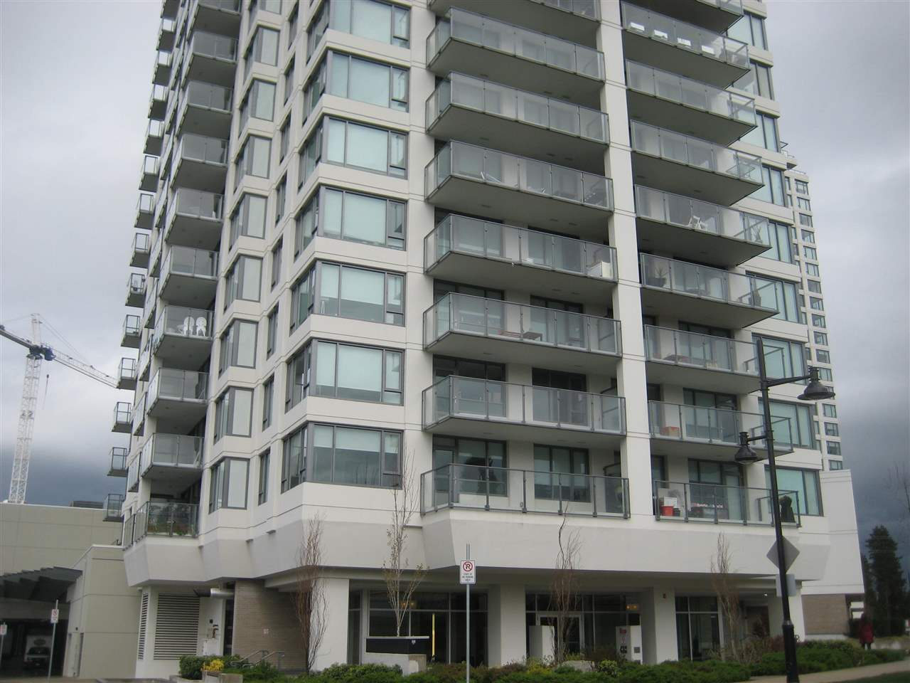 Great location, walk to the Mall, Skytrain Station that provide perfect urban living style. Spacious kitchen with gas cooktop and granite countertop. Floor to ceiling window give you lots of natural lighting. West facing with partial Mountain view. One locker and one parking included. Rental allowed. Great for investor or starter home. Excellent value.