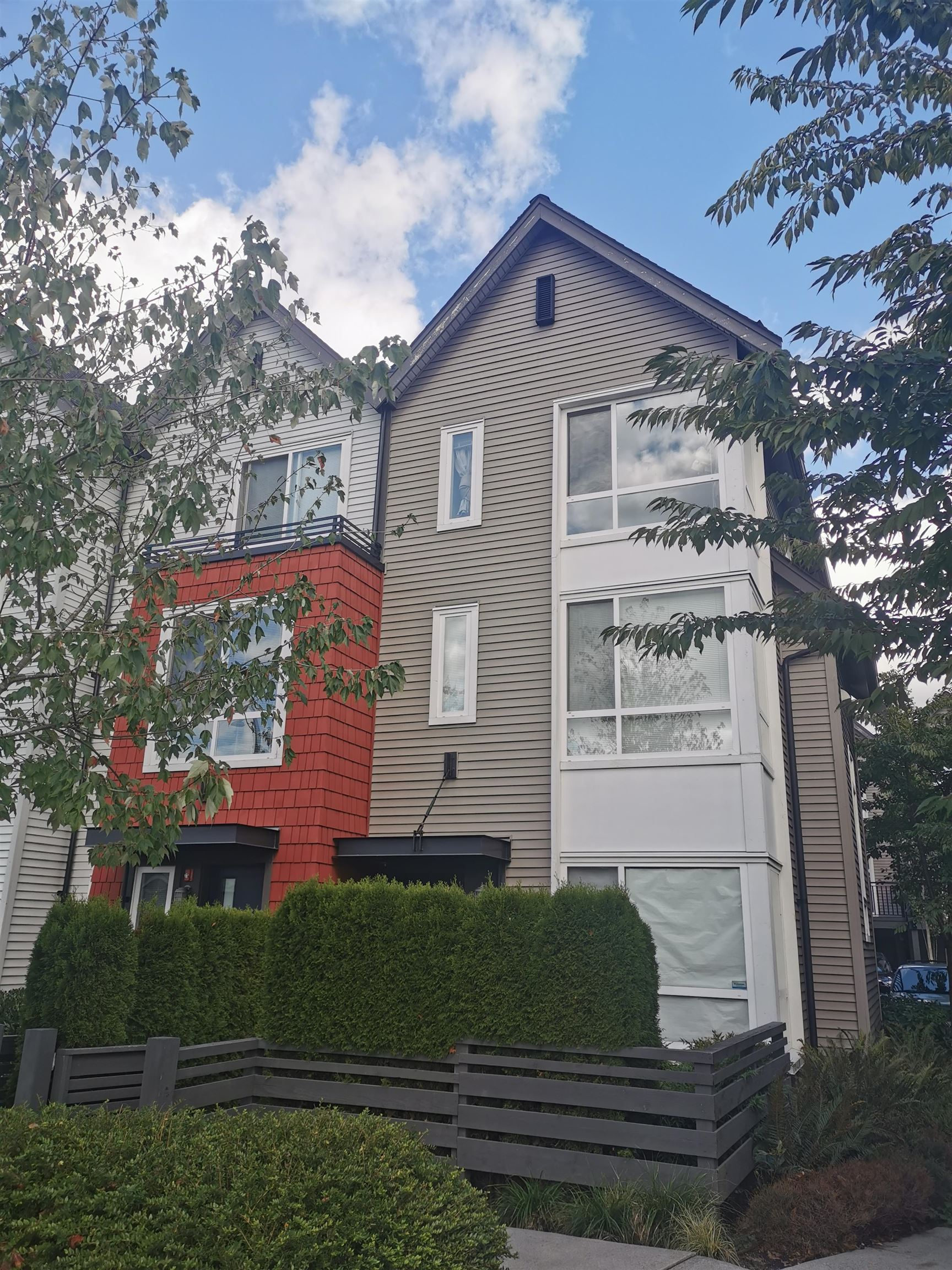 """""""Fremont Blue"""" by MOSAIC, This spacious 2 bedroom 2 bath End Unit has 9' ceilings, open concept floorplan featuring a gourmet kitchen, S/S appliance, quartz counters & large island any many more. Upstairs features spacious master suite & large 2nd bedroom. The entire unit is facing SE, The Golden Corner, and over look the beautiful  Pitt River Bridge. Tandem garage can be use as with extra storage room or turn it into a 3rd bedroom. Steps from exclusive """"River Club"""" including Clubhouse, Hot Tub, Outdoor Pool & BBQ. Excellent Location close to Costco, Walmart, Home Depo, PetSmart, Save On Foods, Starbucks & Golf country club and many more. Top Schools Birchland Elementary & Terry Fox Secondary. Pets & rentals are allowed."""