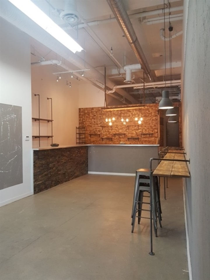 Excellent Kitsilano retail space opportunity in the same complex a few units from Starbucks for plenty of foot traffic! West 4th and Bayswater; 1087 sq ft vacant space move in ready for your business. $35 base, approximatelly $15.75 additional annual / sqft rates. Approx. $4597.10 gross/mo. Call now for further details or a viewing!