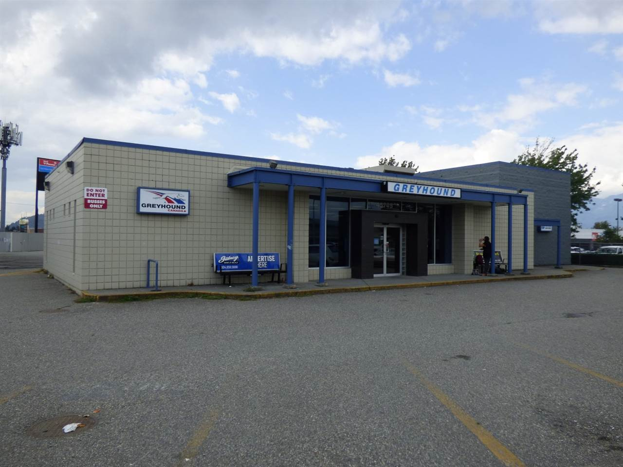 High profile location, outstanding exposure with easy access for large trucks. Both a retail display and warehouse/distribution area, 3 overhead grade doors, plenty of onsite parking. Adjacent to Great Canadian Superstore and Marks (clothing outlet) and across the street from a new Starbucks and Kal Tire. This is a main shopping area new the 401 freeway on a primary collector roadway (Luckakuck Way). Join with other national brands and international brands at this superior business location.