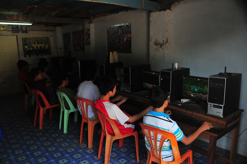 internet cafes essay What are the advantages & disadvantages for using internet cafes can't find them anywhere on the internet thanks =.