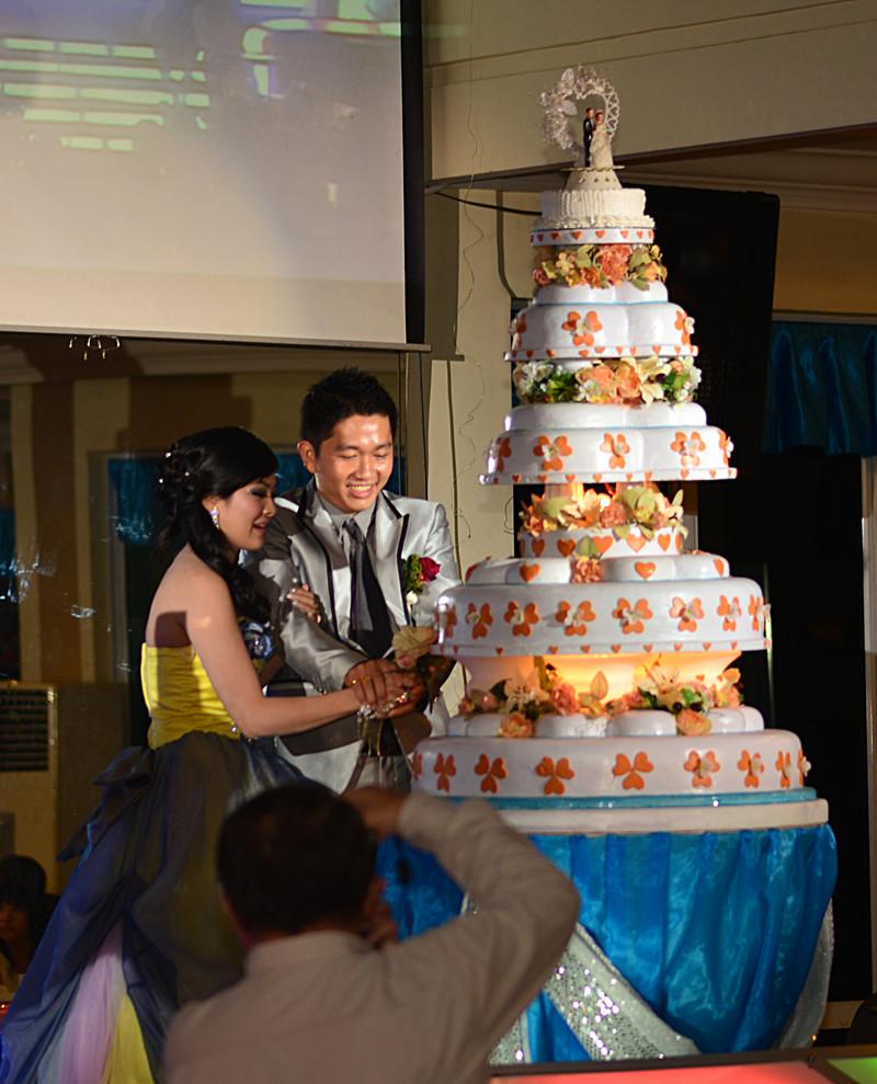 dec 12 4900 cut cake