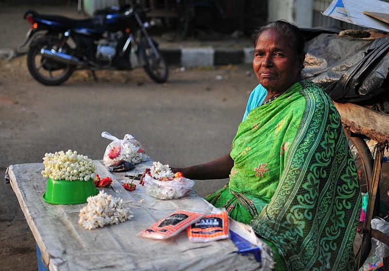 feb 05 6582 flower lady