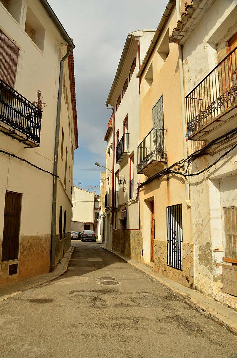 mar 04 6915 narrow street