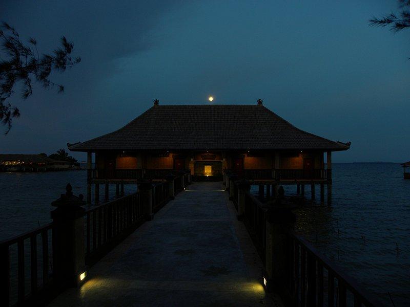 may 08 0624 moon over honeymoon