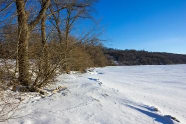 high-cliff-state-parkiwisconsin-winter-shoreline-at-lake-winnebago