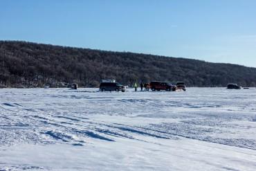 high-cliff-state-parkiwisconsin-ice-fishing-on-lake-winnebago