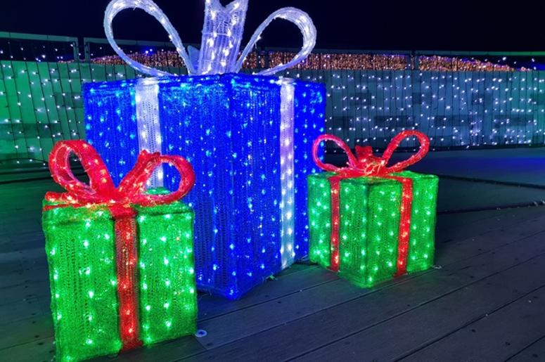 Christmas lights gift box, illuminated presents at night - Best DFW Places To See Christmas Lights 98.7 KLUV