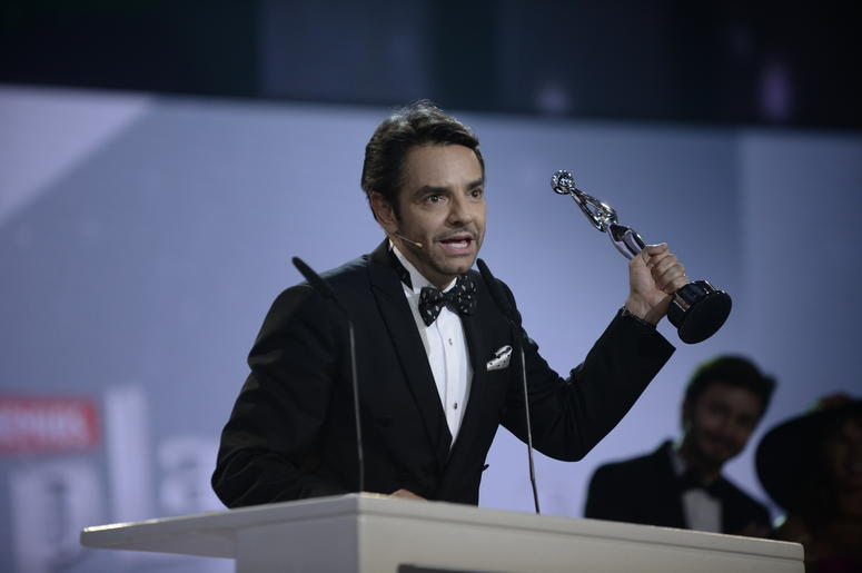 (140406) -- PANAMA CITY, April 6, 2014 (Xinhua) -- Mexican actor Eugenio Derbez, reacts after receiving the Honor Platinum Award during the first gala of the Iberoamerican Cinema Platinum Awards, in Panama City, capital of Panama, on April 5, 2014. (Xinhu